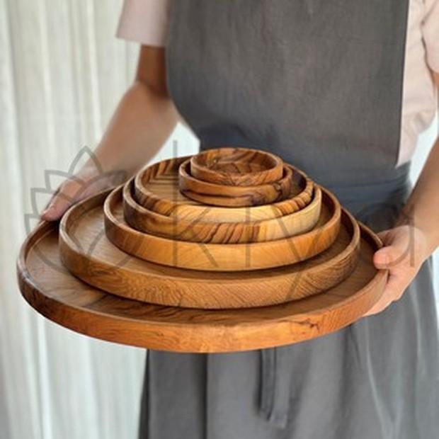 Adapun jenis kayu yang digunakan untuk pembuatan piring ini adalah kayu sawo sehingga warna maupun corak yang ditampilkan pada tiap produk akan berbeda-beda.