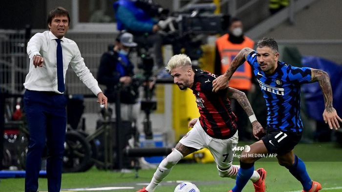 Inter Milans Serbian defender Aleksandar Kolarov (R) fights for the ball with AC Milans Spanish forward Samuel Castillejo during the Italian Serie A football match between Inter Milan and AC Milan at the San Siro stadium in Milan on October 17, 2020. (Photo by Miguel MEDINA / AFP)