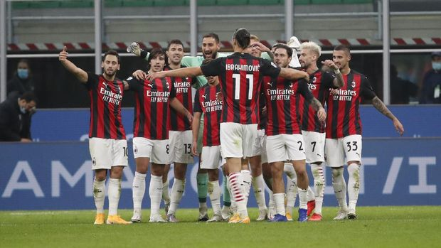 AC Milan's Zlatan Ibrahimovic opens his arms to embrace the teammates at the end of the Serie A soccer match between Inter Milan and AC Milan at the San Siro Stadium, in Milan, Italy, Saturday, Oct. 17, 2020. Ibrahimovic scored both goals in AC Milan 2 - 1 victory. (AP Photo/Antonio Calanni)