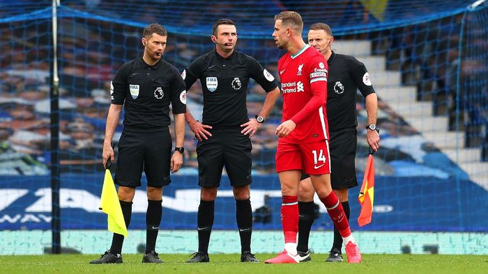 LIVERPOOL, ENGLAND - OCTOBER 17: Jordan Henderson of Liverpool speaks with Match Officials following the Premier League match between Everton and Liverpool at Goodison Park on October 17, 2020 in Liverpool, England. Sporting stadiums around the UK remain under strict restrictions due to the Coronavirus Pandemic as Government social distancing laws prohibit fans inside venues resulting in games being played behind closed doors. (Photo by Catherine Ivill/Getty Images)
