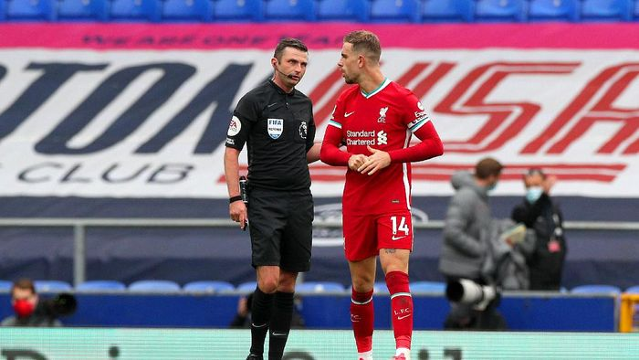 LIVERPOOL, ENGLAND - OCTOBER 17: Referee, Michael Oliver talks to Jordan Henderson of Liverpool during the Premier League match between Everton and Liverpool at Goodison Park on October 17, 2020 in Liverpool, England. Sporting stadiums around the UK remain under strict restrictions due to the Coronavirus Pandemic as Government social distancing laws prohibit fans inside venues resulting in games being played behind closed doors. (Photo by Peter Byrne - Pool/Getty Images)