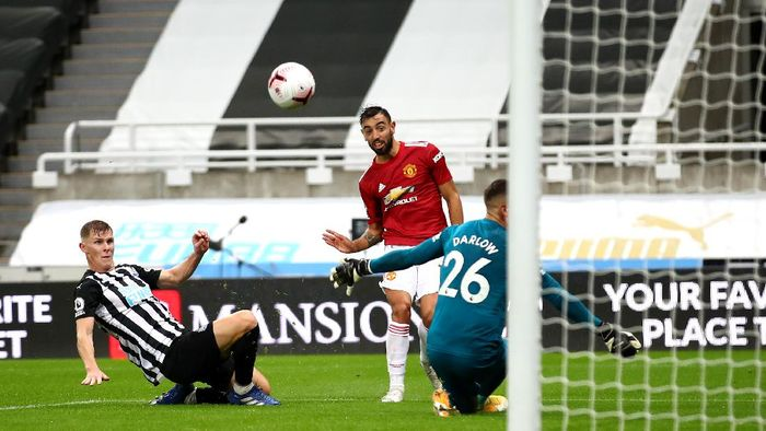 NEWCASTLE UPON TYNE, ENGLAND - OCTOBER 17: Bruno Fernandes of Manchester United scores his teams second goal during the Premier League match between Newcastle United and Manchester United at St. James Park on October 17, 2020 in Newcastle upon Tyne, England. Sporting stadiums around the UK remain under strict restrictions due to the Coronavirus Pandemic as Government social distancing laws prohibit fans inside venues resulting in games being played behind closed doors. (Photo by Alex Pantling/Getty Images)