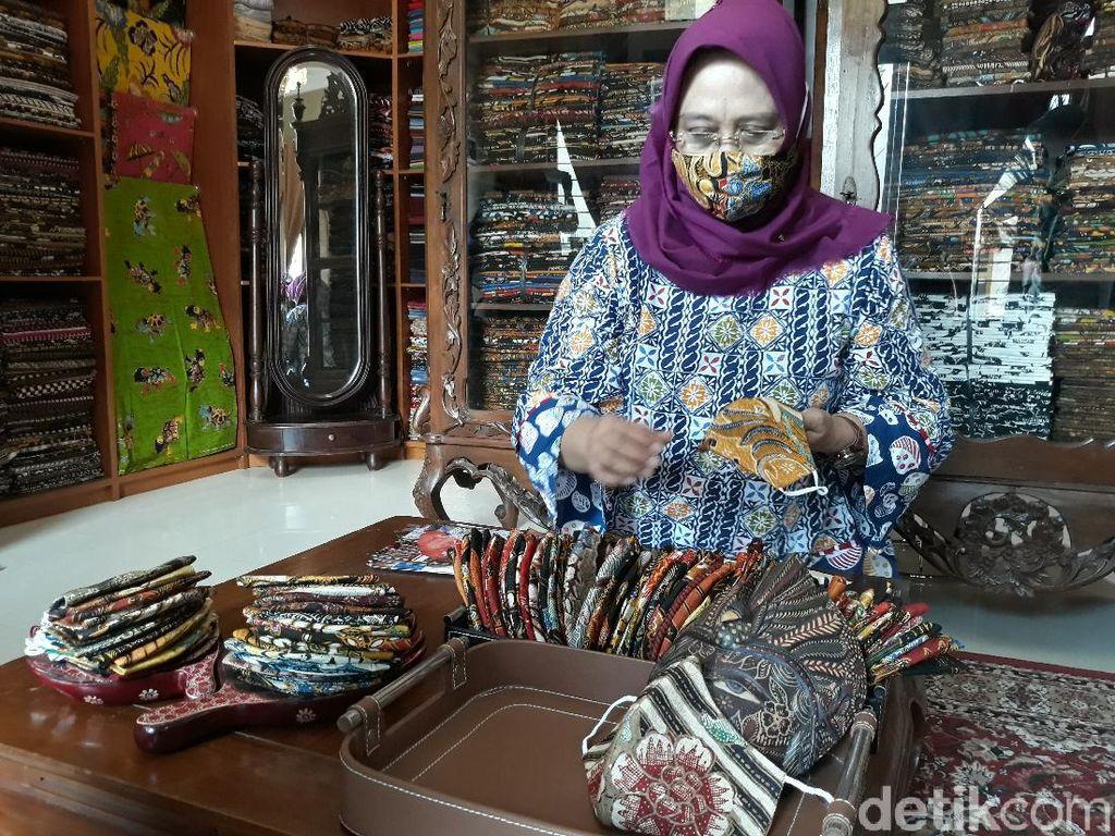 Cara Esti Bertahan dari Pandemi: Nekat Potongi Batik Tulis Jadi Masker