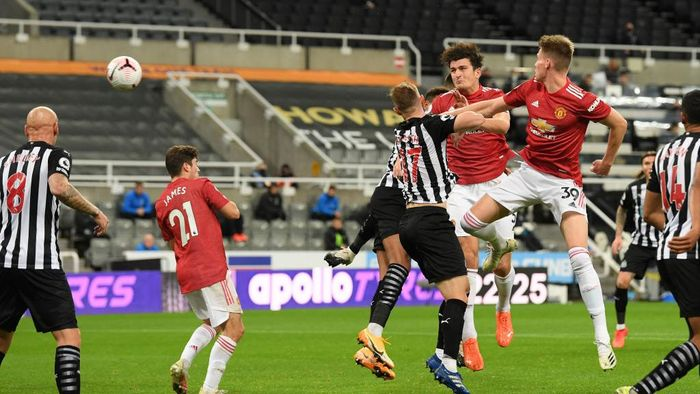 NEWCASTLE UPON TYNE, ENGLAND - OCTOBER 17: Harry Maguire of Manchester United scores his teams first goal during the Premier League match between Newcastle United and Manchester United at St. James Park on October 17, 2020 in Newcastle upon Tyne, England. Sporting stadiums around the UK remain under strict restrictions due to the Coronavirus Pandemic as Government social distancing laws prohibit fans inside venues resulting in games being played behind closed doors. (Photo by Stu Forster/Getty Images)