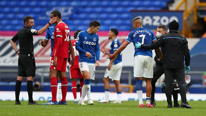 LIVERPOOL, ENGLAND - OCTOBER 17: Richarlison of Everton reacts after being sent off during the Premier League match between Everton and Liverpool at Goodison Park on October 17, 2020 in Liverpool, England. Sporting stadiums around the UK remain under strict restrictions due to the Coronavirus Pandemic as Government social distancing laws prohibit fans inside venues resulting in games being played behind closed doors. (Photo by Peter Byrne - Pool/Getty Images)