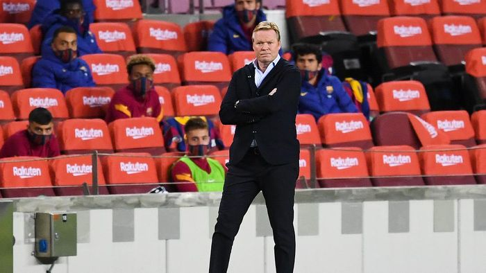 BARCELONA, SPAIN - OCTOBER 04: Head coach Ronald Koeman of FC Barcelona looks on during the La Liga Santander match between FC Barcelona and Sevilla FC at Camp Nou on October 04, 2020 in Barcelona, Spain. Football Stadiums around Europe remain empty due to the Coronavirus Pandemic as Government social distancing laws prohibit fans inside venues resulting in fixtures being played behind closed doors. (Photo by David Ramos/Getty Images)