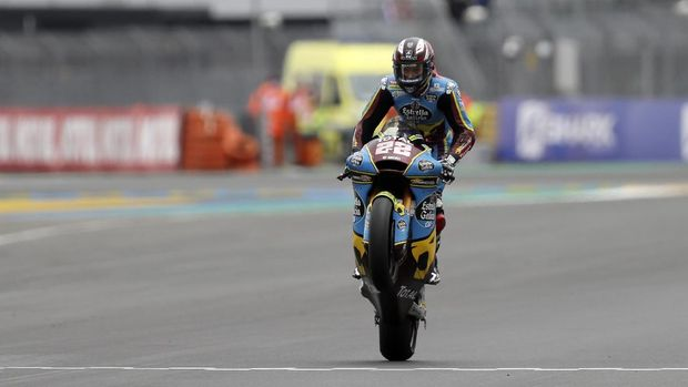 Britain's rider Sam Lowes of the EG 0,0 Marc VDS celebrates his victory in the Moto 2 race of the French Motorcycle Grand Prix at the Le Mans racetrack, in Le Mans, France, Sunday, Oct. 11, 2020. (AP Photo/David Vincent)