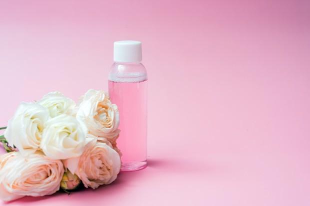 Bunga mawar sendiri mampu memberi efek menyegarkan pada kulit sekaligus membersihkan wajah.