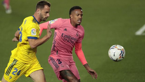 Cadiz's Filip Malbasic, left, and Real Madrid's Eder Militao fight for possession during the Spanish La Liga soccer match between Real Madrid and Cadiz at the Alfredo di Stefano stadium in Madrid, Spain, Saturday, Oct. 17, 2020. (AP Photo/Bernat Armangue)