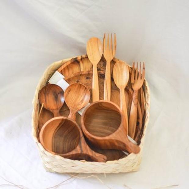 Akusarakayu yang menjual berbagai properti untuk makan yang berbahan dasar kayu.