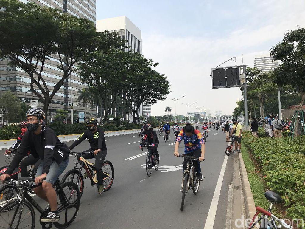 DKI PSBB Transisi Jilid II, Warga Ramai Berolahraga di Sudirman