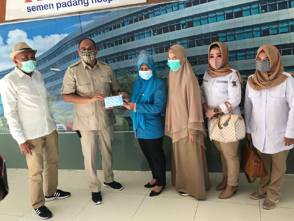 Andre Rosiade Juga Bagikan Puluhan Ribu Masker Medis ke 3 RS di Sumbar