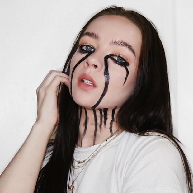 Billie Eilish memiliki penampilan yang ikonik dalam video klip 'when the party's over', yaitu air mata berwarna hitam.