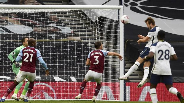 Tottenham's Harry Kane, 2nd right, scores his side's third goal during the English Premier League soccer match between Tottenham Hotspur and West Ham United at the Tottenham Hotspur Stadium in London, England, Sunday, Oct. 18, 2020. (Neill Hall/Pool via AP)