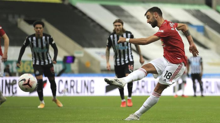 Manchester Uniteds Bruno Fernandes kicks the ball during the English Premier League soccer match between Newcastle United and Manchester United at St. James Park in Newcastle, England, Saturday, Oct. 17, 2020. (Owen Humphreys/PA via AP)