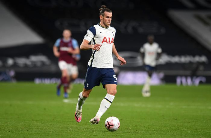 LONDON, ENGLAND - OCTOBER 18: Gareth Bale of Tottenham Hotspur runs with the ball during the Premier League match between Tottenham Hotspur and West Ham United at Tottenham Hotspur Stadium on October 18, 2020 in London, England. Sporting stadiums around the UK remain under strict restrictions due to the Coronavirus Pandemic as Government social distancing laws prohibit fans inside venues resulting in games being played behind closed doors. (Photo by Matt Dunham - Pool/Getty Images)