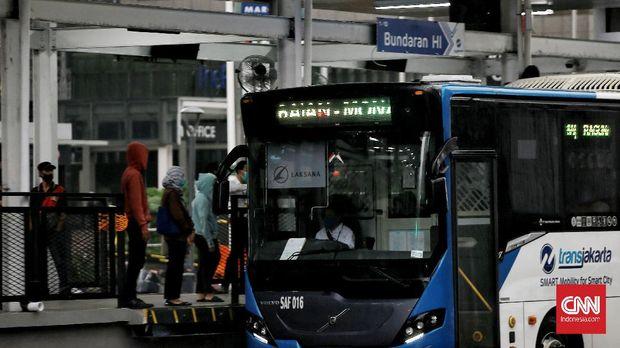 Pelanggan sudah bisa menggunakan halte Bundaran HI sudah bisa langsung mengakses ke halte. Sebelumnya untuk mengakses halte, harus menggunakan tangga bawah tanah dari stasiun MRT. Jakarta, Senin (19/10/2020). CNN Indonesia/Andry Novelino