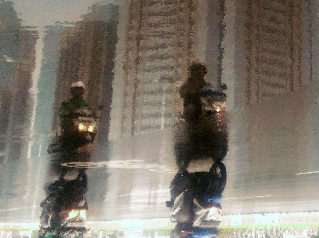Jakarta Diguyur Hujan di Siang Hari