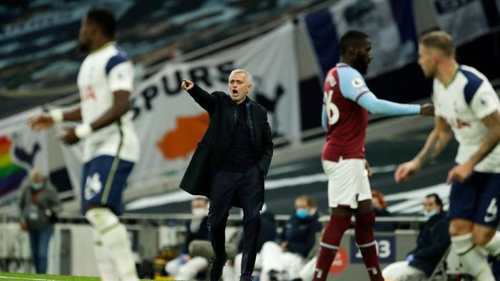 LONDON, ENGLAND - OCTOBER 18: Jose Mourinho, Manager of Tottenham Hotspur gives his team instructions during the Premier League match between Tottenham Hotspur and West Ham United at Tottenham Hotspur Stadium on October 18, 2020 in London, England. Sporting stadiums around the UK remain under strict restrictions due to the Coronavirus Pandemic as Government social distancing laws prohibit fans inside venues resulting in games being played behind closed doors. (Photo by Matt Dunham - Pool/Getty Images)