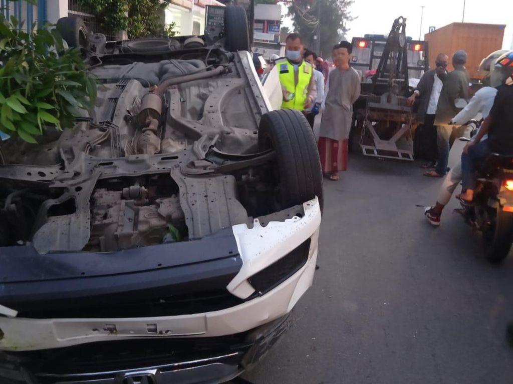Kecelakaan Tunggal, Mobil Terbalik di Jl Daan Mogot Jakbar