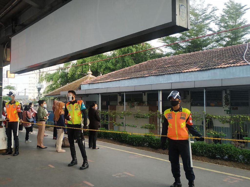 Jam Operasional KRL Normal Lagi, Antrean Penumpang Stasiun Bekasi Lancar