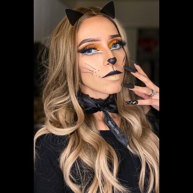 Riasan wajah yang satu ini juga gampang untuk dikenakan karena hanya membutuhkan liner hitam, buku mata palsu dan dua eyeshadow.