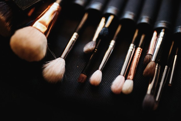 Bulu nilon halus pada brush makeup tidak bisa didaur ulang.