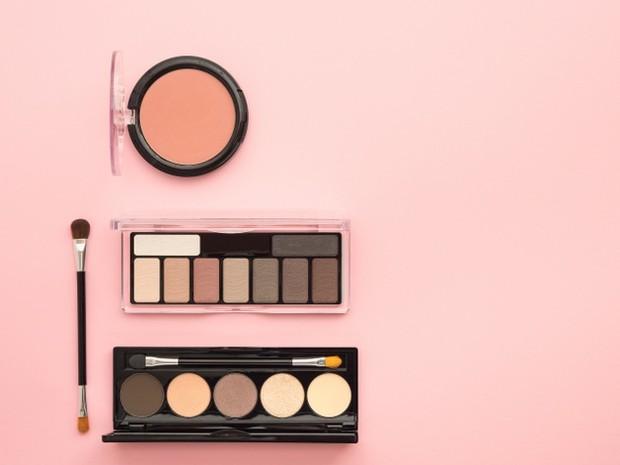 Wadah makeup palettes bisa didaur ulang setelah cermin dan magnet di dalamnya dilepas