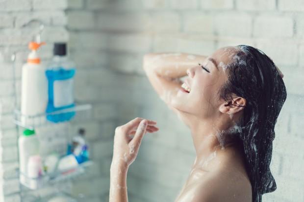 Lakukanlah proses mandi secara bersih menggunakan sabun anti bakteri agar hasilnya maksimal.