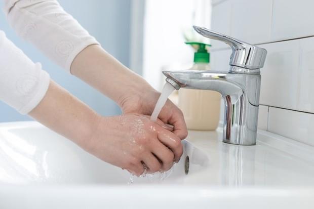 setelah selesai menonton di bioskop, hal pertama yang bisa dilakukan adalah mencuci tangan dengan sabun di bawah air mengalir.