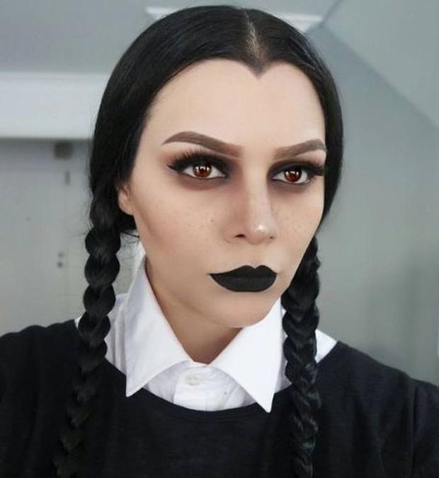 karakternya adalah Morticia Addams, memiliki riasan yang simple tapi tetap memberikan kesan yang menakutkan.