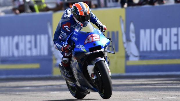 Suzuki rider Alex Rins, of Spain, celebrates as he crosse the finish line after winning the Aragon Motorcycle Grand Prix at the Motorland circuit in Alcaniz, Spain, Sunday, Oct. 18, 2020. (AP Photo/Jose Breton)
