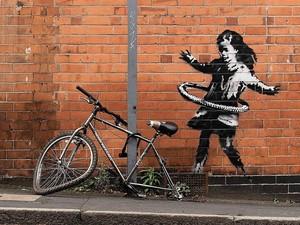 Banksy Berulah Lagi Lewat Mural Anak Kecil Main Hulahop