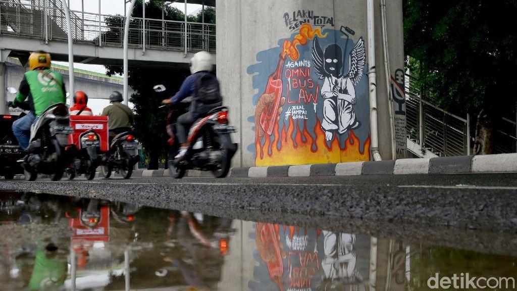 Mural Tolak Omnibus Law Hiasi Sudut Ibu Kota