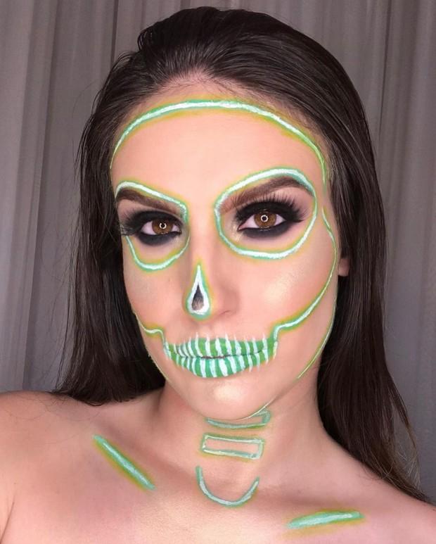 Teman-teman kamu akan terkejut saat melihat kamu dengan tampilan makeup tengkorak neon cerah, dimana riasan ini hanya menggunakan dua produk.
