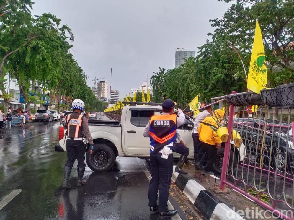 Gegara Pengemudi Hilang Konsentrasi, Mobil Ini Nangkring di Pembatas Jalan