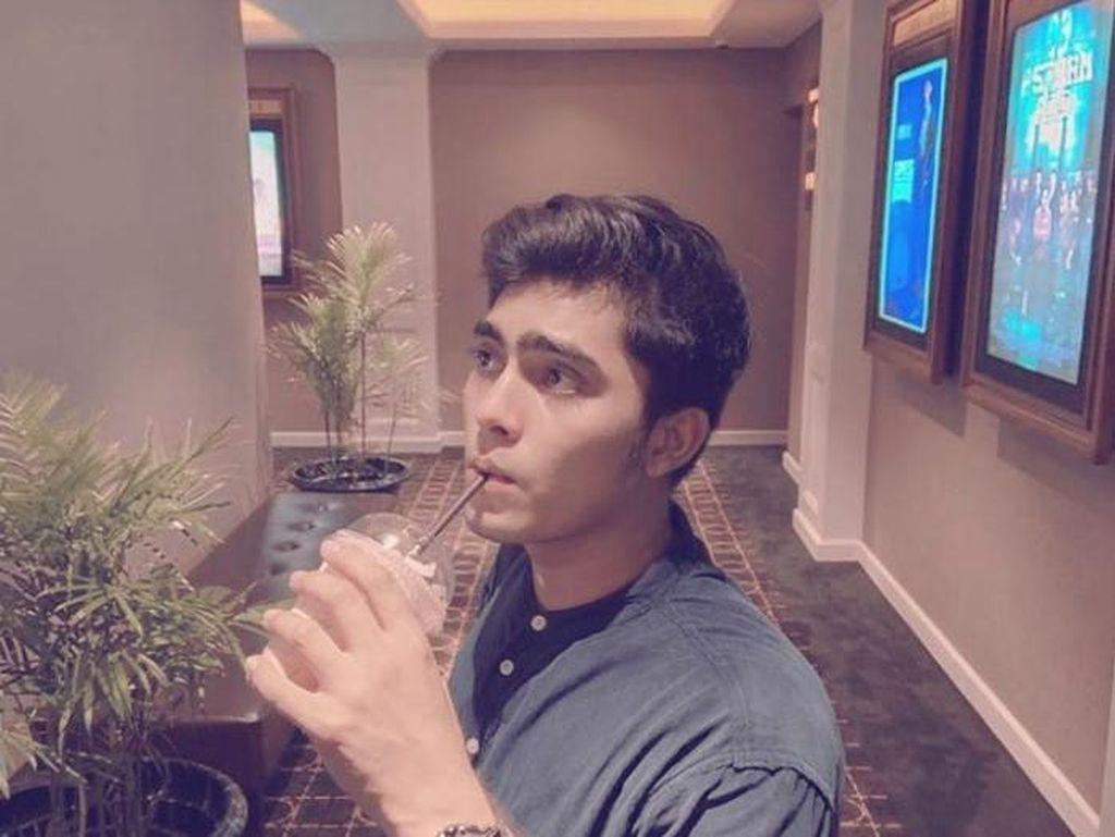 Renald Ramadhan Saat Asyik Ngopi dan Ngemil di Lokasi Syuting
