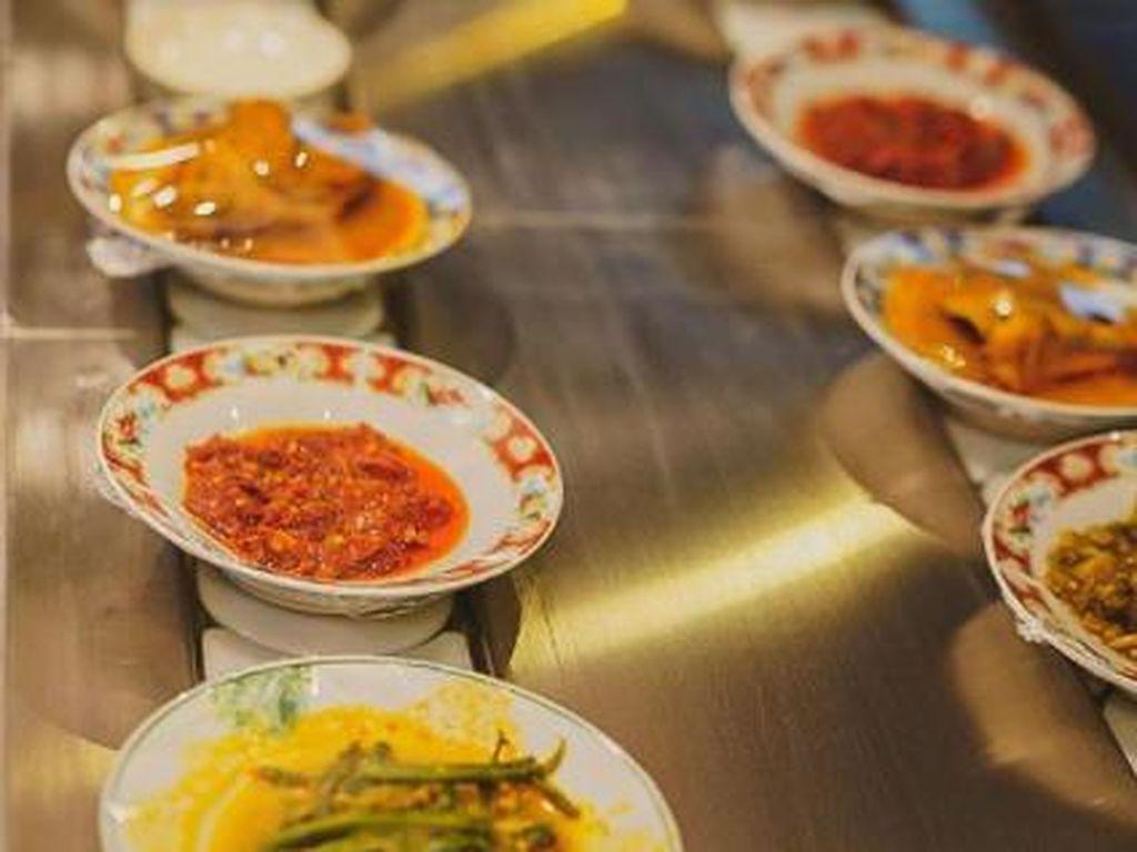 Unik! Resto Padang Ini Sajikan Makanan di Conveyor Belt Mirip Sushi