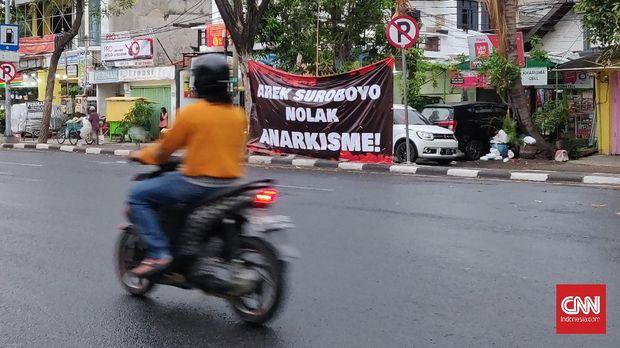 Sejumlah spanduk bernada penolakan aksi anarkistis, mulai bermunculan di sejumlah sudut Kota Surabaya. Hal itu menyusul Aksi Tolak Omnibus Law Cipta Kerja di Surabaya, 8 Oktober lalu, yang berlangsung ricuh. (CNNIndonesia/Farid).