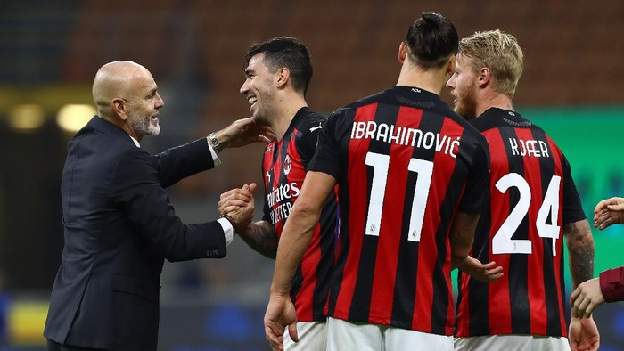 MILAN, ITALY - OCTOBER 17:  AC Milan coach Stefano Pioli embraces Alessio Romagnoli at the end of the Serie A match between FC Internazionale and AC Milan at Stadio Giuseppe Meazza on October 17, 2020 in Milan, Italy.  (Photo by Marco Luzzani/Getty Images)