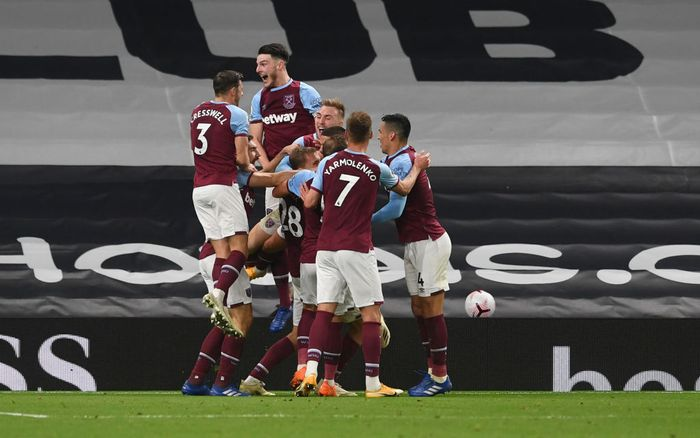 LONDON, ENGLAND - OCTOBER 18: Manuel Lanzini of West Ham United celebrates with teammates after scoring his teams third goal during the Premier League match between Tottenham Hotspur and West Ham United at Tottenham Hotspur Stadium on October 18, 2020 in London, England. Sporting stadiums around the UK remain under strict restrictions due to the Coronavirus Pandemic as Government social distancing laws prohibit fans inside venues resulting in games being played behind closed doors.( Photo by Neil Hall - Pool/Getty Images)