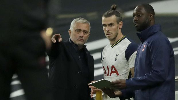 Tottenham's manager Jose Mourinho talks to Tottenham's Gareth Bale before he enters the pitch during the English Premier League soccer match between Tottenham Hotspur and West Ham United at the Tottenham Hotspur Stadium in London, England, Sunday, Oct. 18, 2020. (AP photo/Matt Dunham, Pool)