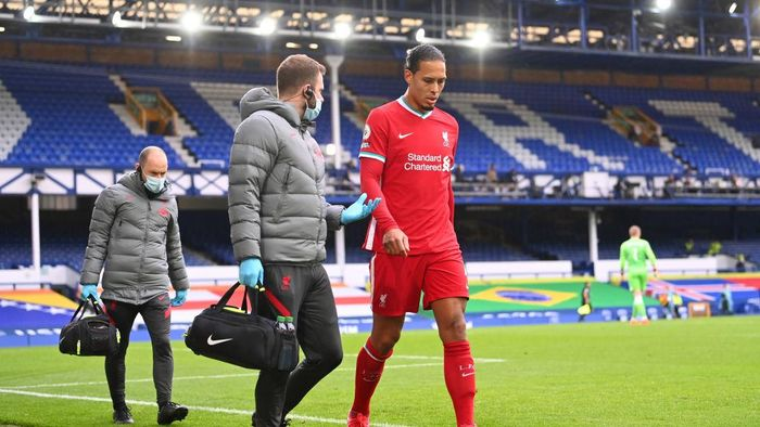 LIVERPOOL, ENGLAND - OCTOBER 17: Virgil van Dijk of Liverpool comes off due to an injury during the Premier League match between Everton and Liverpool at Goodison Park on October 17, 2020 in Liverpool, England. Sporting stadiums around the UK remain under strict restrictions due to the Coronavirus Pandemic as Government social distancing laws prohibit fans inside venues resulting in games being played behind closed doors. (Photo by Laurence Griffiths/Getty Images)