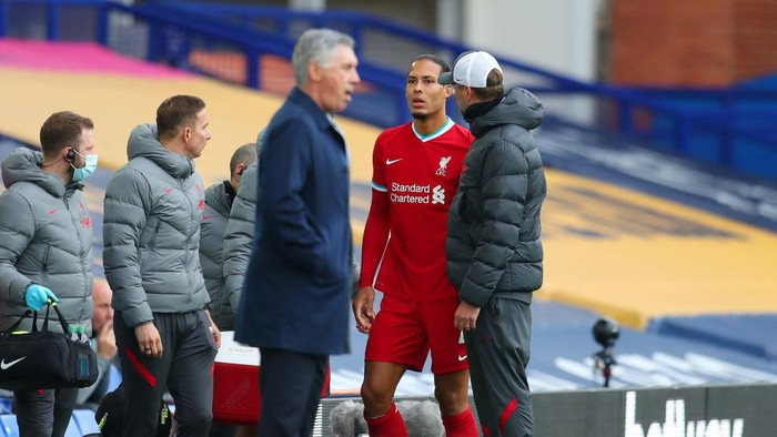 LIVERPOOL, ENGLAND - OCTOBER 17: Virgil van Dijk of Liverpool speaks with Jurgen Klopp, Manager of Liverpool as he walks off the pitch after picking up an injury during the Premier League match between Everton and Liverpool at Goodison Park on October 17, 2020 in Liverpool, England. Sporting stadiums around the UK remain under strict restrictions due to the Coronavirus Pandemic as Government social distancing laws prohibit fans inside venues resulting in games being played behind closed doors. (Photo by Catherine Ivill/Getty Images)