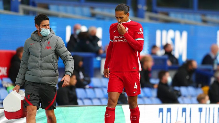 LIVERPOOL, ENGLAND - OCTOBER 17: Virgil van Dijk of Liverpool reacts as he walks off the pitch after picking up an injury during the Premier League match between Everton and Liverpool at Goodison Park on October 17, 2020 in Liverpool, England. Sporting stadiums around the UK remain under strict restrictions due to the Coronavirus Pandemic as Government social distancing laws prohibit fans inside venues resulting in games being played behind closed doors. (Photo by Catherine Ivill/Getty Images)