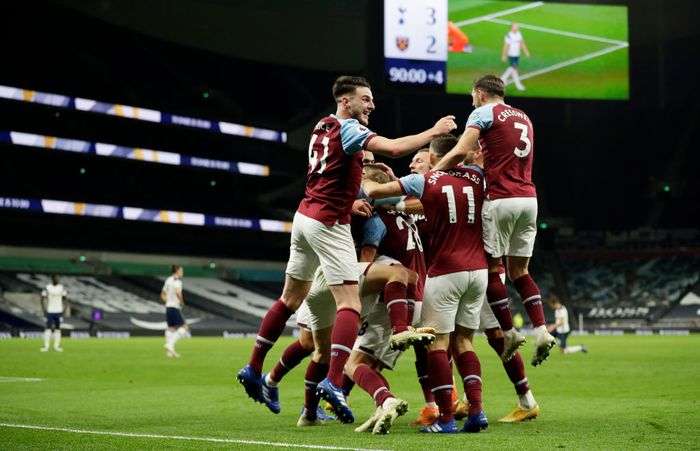 LONDON, ENGLAND - OCTOBER 18: Manuel Lanzini of West Ham United celebrates with teammates after scoring his teams third goal during the Premier League match between Tottenham Hotspur and West Ham United at Tottenham Hotspur Stadium on October 18, 2020 in London, England. Sporting stadiums around the UK remain under strict restrictions due to the Coronavirus Pandemic as Government social distancing laws prohibit fans inside venues resulting in games being played behind closed doors. (Photo by Matt Dunham - Pool/Getty Images)