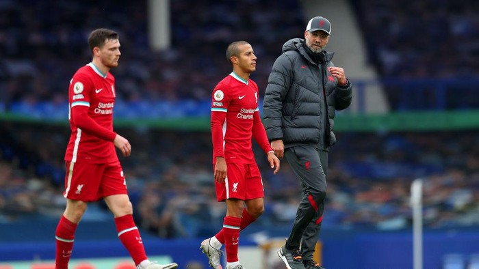 LIVERPOOL, ENGLAND - OCTOBER 17: Jurgen Klopp, Manager of Liverpool talks to Thiago Alcantara of Liverpool following the Premier League match between Everton and Liverpool at Goodison Park on October 17, 2020 in Liverpool, England. Sporting stadiums around the UK remain under strict restrictions due to the Coronavirus Pandemic as Government social distancing laws prohibit fans inside venues resulting in games being played behind closed doors. (Photo by Catherine Ivill/Getty Images)