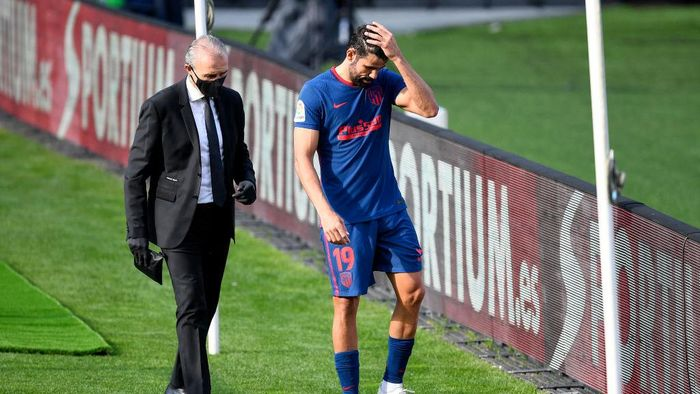 VIGO, SPAIN - OCTOBER 17: Diego Costa of Atletico de Madrid reacts with an injury during the La Liga Santander match between RC Celta and Atletico de Madrid at Abanca-Balaídos on October 17, 2020 in Vigo, Spain. Football Stadiums around Europe remain empty due to the Coronavirus Pandemic as Government social distancing laws prohibit fans inside venues resulting in fixtures being played behind closed doors. (Photo by Octavio Passos/Getty Images)
