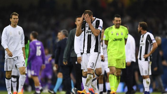 CARDIFF, WALES - JUNE 03:  Giorgio Chiellini of Juventus is dejected after the UEFA Champions League Final between Juventus and Real Madrid at National Stadium of Wales on June 3, 2017 in Cardiff, Wales.  (Photo by Shaun Botterill/Getty Images)