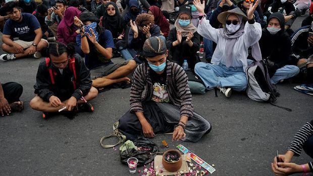 Sejumlah demonstran melakukan aksi demonstrasi saat aksi #jogjamemanggil, di Bundaran Universitas Gadjah Mada (UGM), Sleman, D.I Yogyakarta, Selasa (20/10/2020). Dalam aksi gabungan mahasisiwa dan pelajar itu mereka menyuarakan penolakan pengesahan Undang-undang Cipta Kerja. ANTARA FOTO/Andreas Fitri Atmoko/hp.